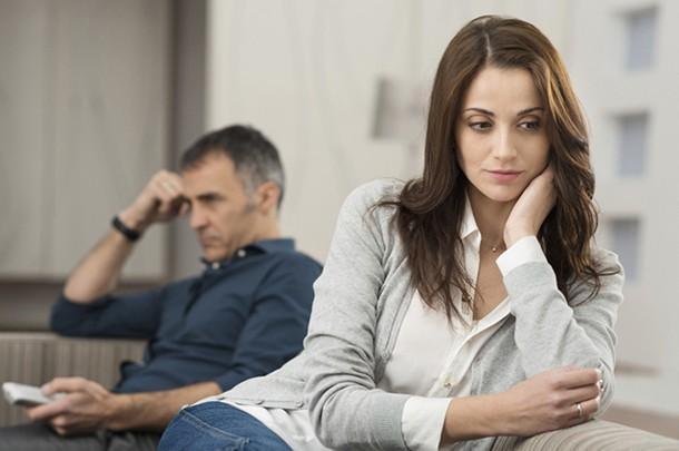 Жена при муже изменяет и заставляет