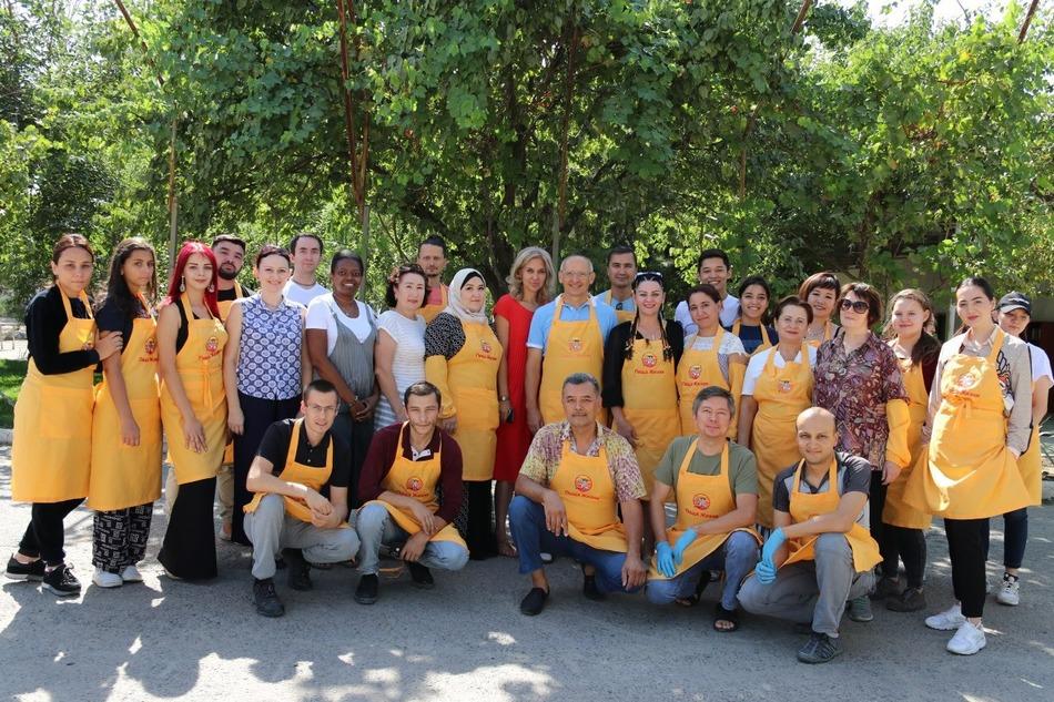 Вместе с «Пищей жизни» Олег Торсунов принял участие в кормлении бездомных в Ташкенте